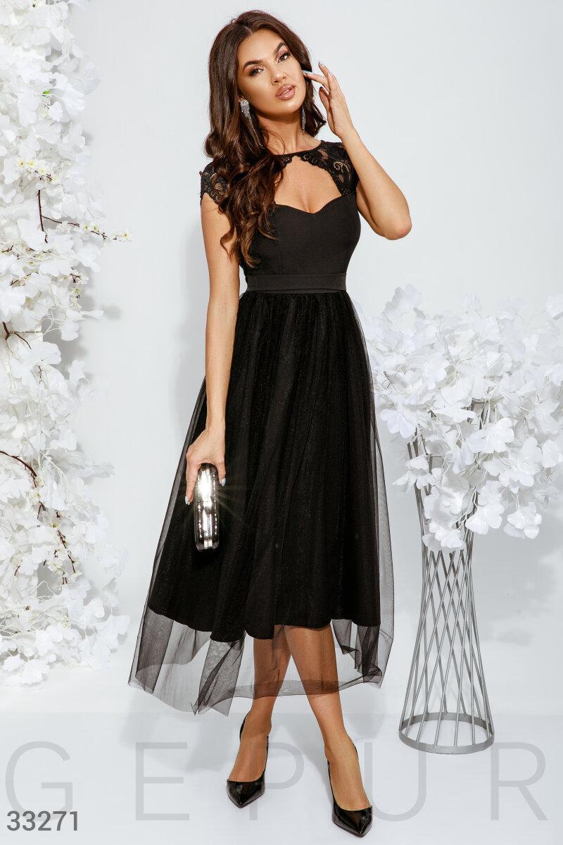 Нарядное приталенное платье длины миди с кружевом черное