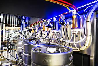 Холодная комната для пивных кег - вид изнутри. Ракурс-1. Вторичные газовые редукторы - для тонких настроек степени карбонизации пива в кеге. FOB-детекторы (отсекатели пены) - для предотвращения попадания газа в пивные трубки.