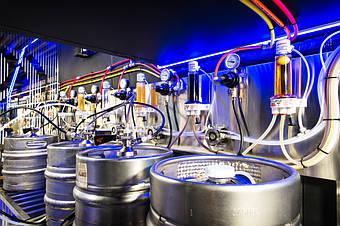 Холодная комната для пивных кег - вид изнутри. Ракурс-2. К нижней части панели прикреплены промывочные головки для быстрой и качественной промывки пивопроводов.