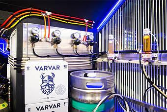 Холодная комната для пивных кег - вид изнутри. Ракурс-4. Разноцветные трубки служат для различения проходящих по ним субстанций: азота, углекислоты, газовой смеси, пива, воды.