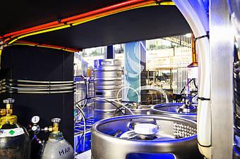 Холодная комната для пивных кег - вид изнутри. Ракурс-8. На крошечном пятачке под лестницей компактно разместилось довольно много оборудования. Все это - благодаря вдумчивому проектированию.