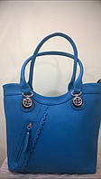 Женская сумка  с металлическим  украшением на ручках и декоративной перфорацией