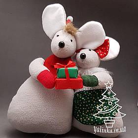 Новогодняя дизайнерская композиция Мышки с подарком