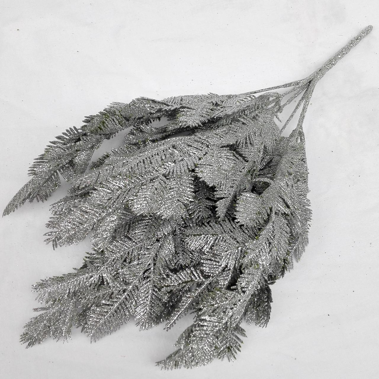 Куст папоротника в глиттере. серебро