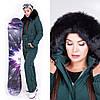 Женский зимний комбинезон изумрудный со съемной на поясной сумкой, на капюшоне съемная натуральная опушка