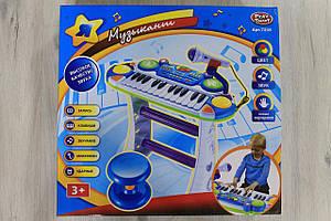 Пианино Музыкант с микрофоном на подставке