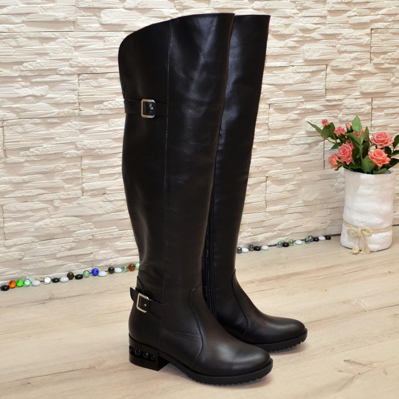 Ботфорты черные кожаные на маленьком каблуке, декорированы ремешками