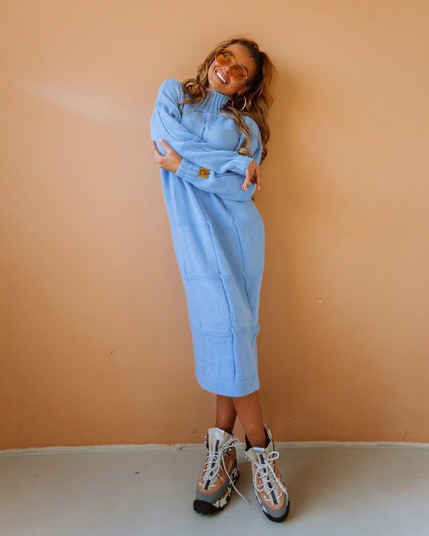 Свободное вязаное платье с высоким воротником и длиной ниже колена 18plt309
