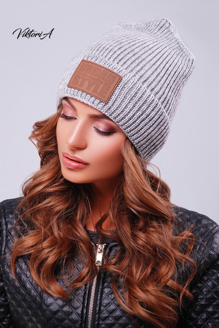Вязаная женская шапка с нашивкой и подворотом 81gol201
