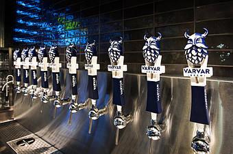 Панель с пивными кранами на баре. Рукоятки с бородачами отлично разместились на шаровых кранах производства Felom, Италия.