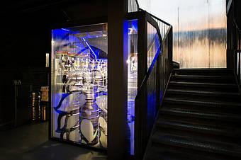 Холодная комната - вид снаружи. Фирменная Варварская хмельная шишка легко узнается на фронтальном стекле камеры.