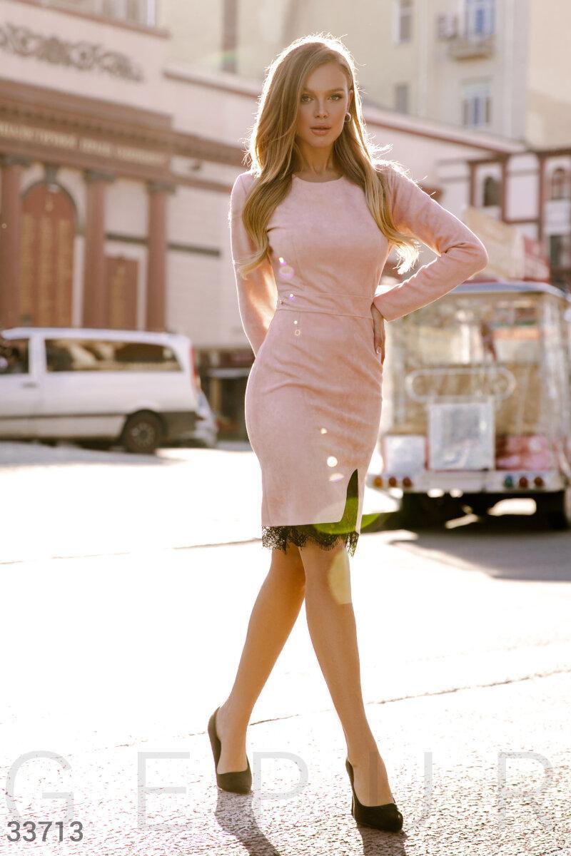 Замшевое платье с кружевом на подоле пудровое