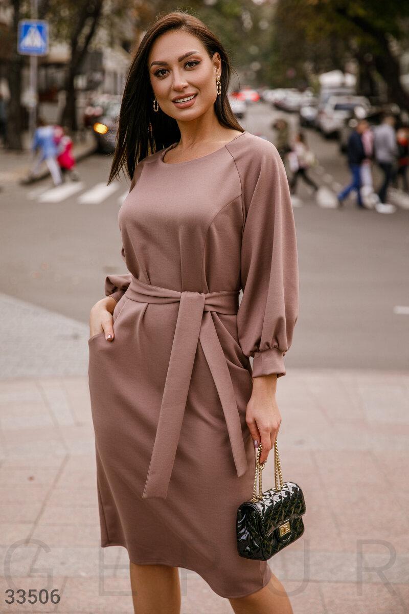 Приталенное платье миди с поясом коричневое