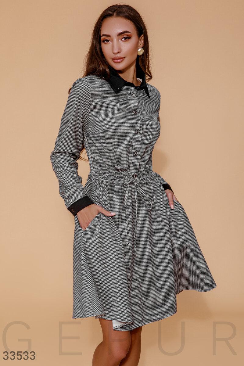 Деловое расклешенное платье на пуговицах