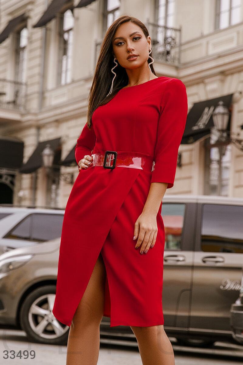 Деловое приталенное платье миди красное