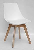 Стул с мягким сиденьем и пластиковым основанием на деревянных ножках для интерьеров в стиле лофт Klim