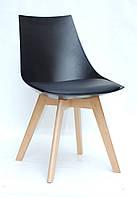 Стул с мягким сиденьем и пластиковым основанием на деревянных ножках для интерьеров в стиле лофт Klim черный