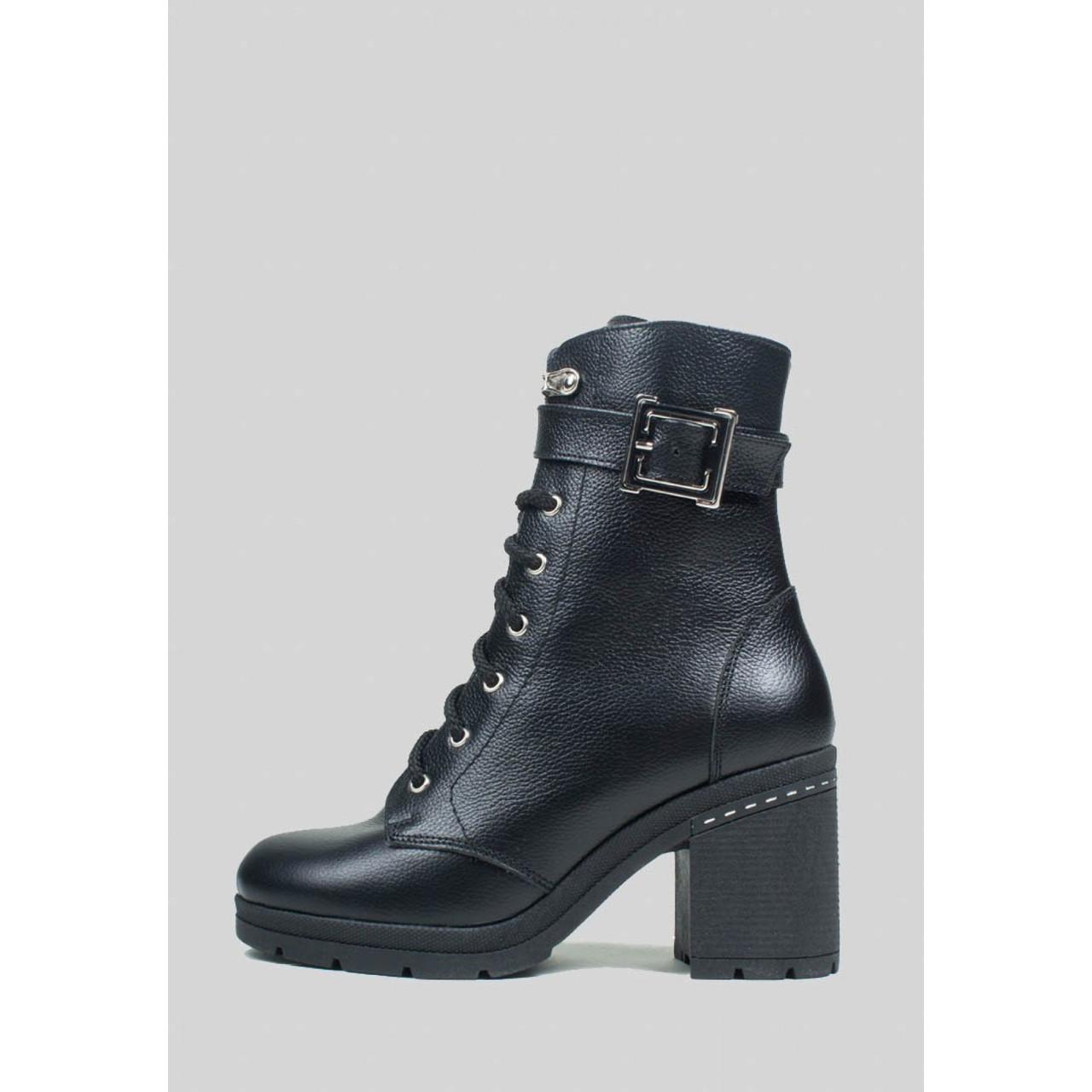 Зимние кожаные ботинки с пряжкой на широком каблуке