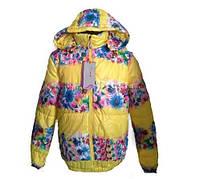Стильная курточка с капюшоном модной расцветки