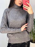 Женский свитер под горло серого цвета