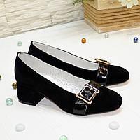 Туфли женские замшевые  на невысоком каблуке декорированы лаковым ремешком, цвет черный