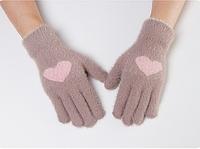 Перчатки женские зимние из ангоры с рисунком сердечко светло-серые опт