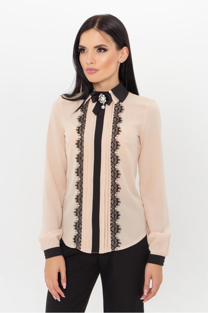Женская стильная бежевая блузка с брошью на воротнике и кружевными вставками