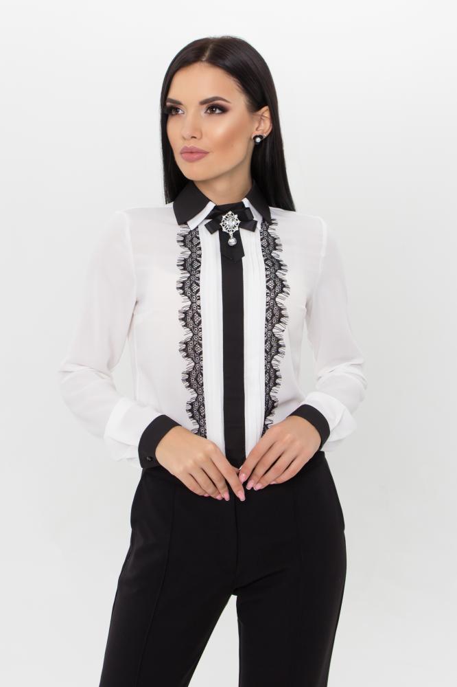 Женская стильная молочная блузка с брошью на воротнике и кружевными вставками