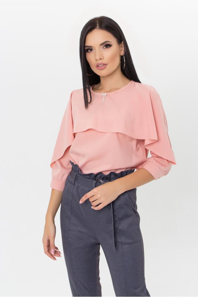 Женская блузка розового цвета с длинными рукавами и воланом спереди