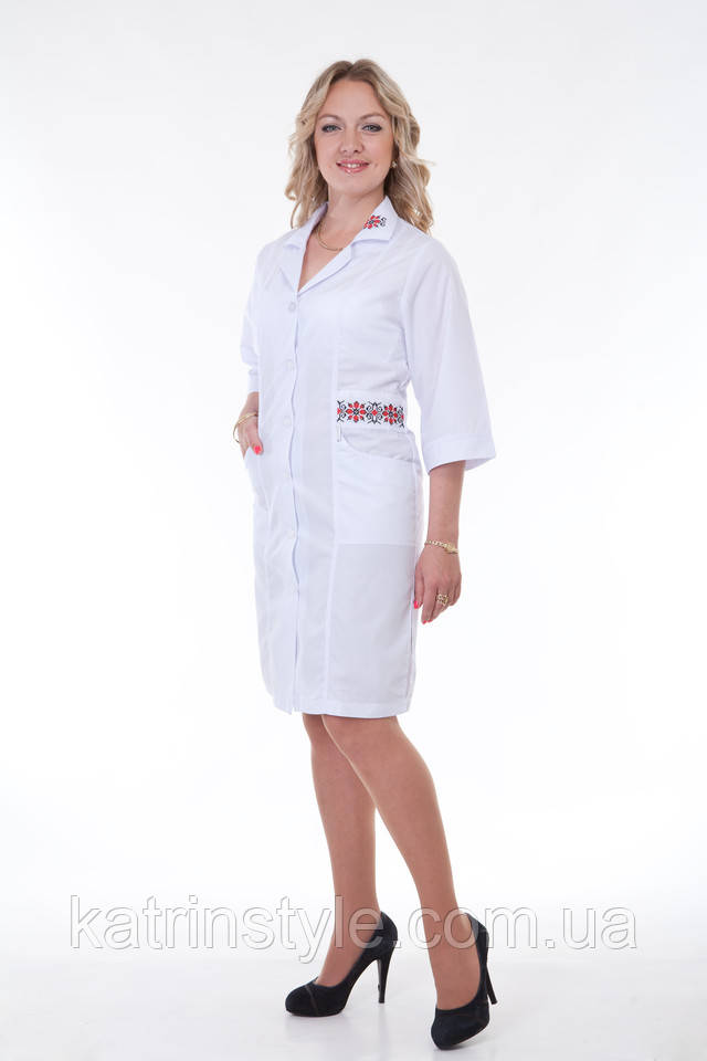 картинка медичний халат з відкладним коміром і вишивкою