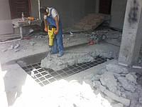 Демонтаж отмостки фундамента бетонного пола стяжки. Разбивка бетона бетоноломом