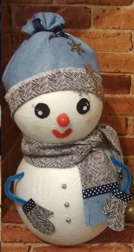 Сніговичок з пінопластових куль .( автор ідеї Алеся Винник )