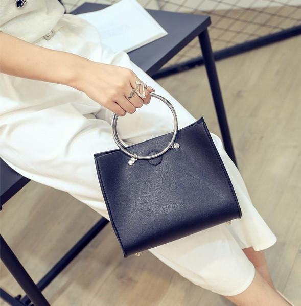 Женская классическая сумка с круглылми ручками на ремешке черная