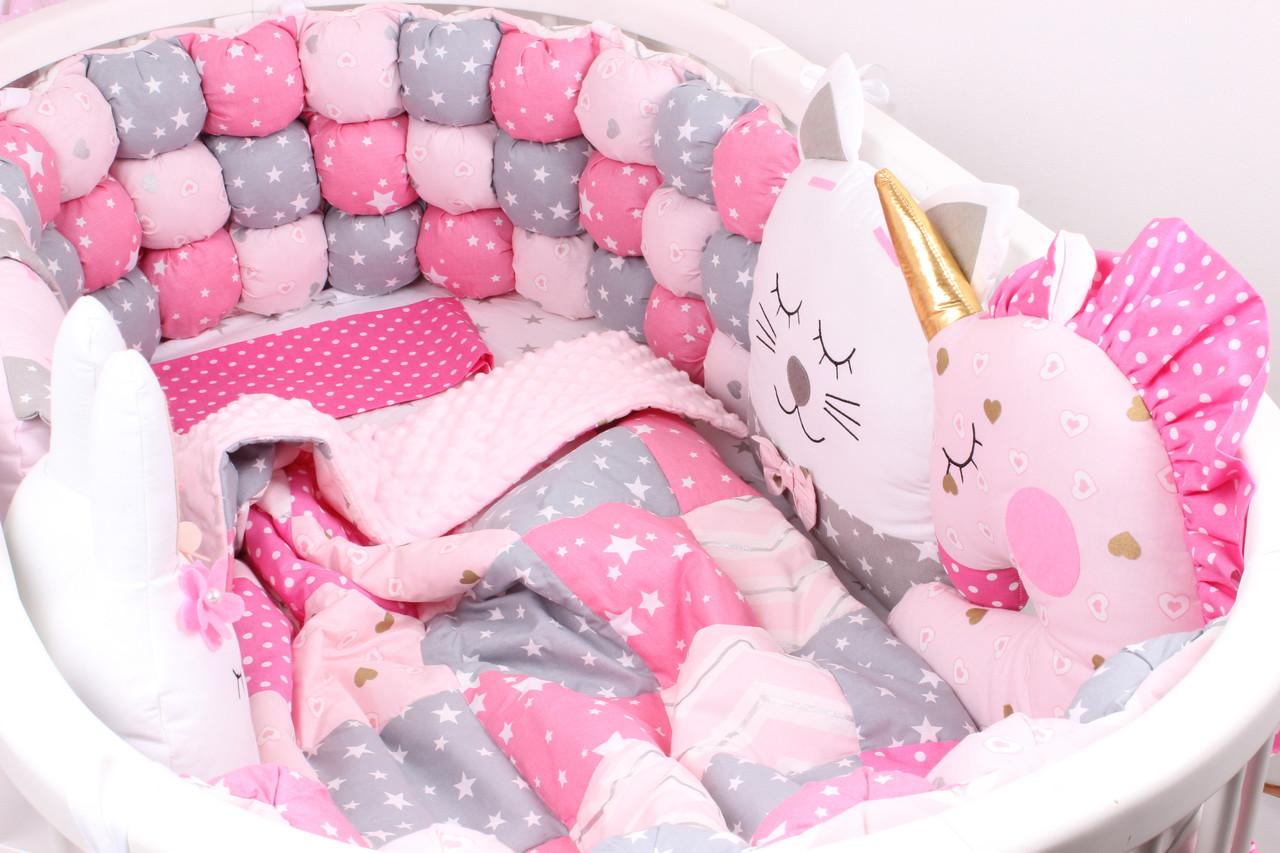 Комплект в овальную кроватку с игрушками и бамбонами в Малиновом цвете