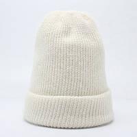Зимняя вязаная женская шапка белого цвета