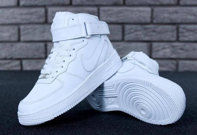 Зимние кроссовки на меху Nike Air Force 1 High в белом цвете фото