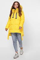 Зимняя женская куртка желтого цвета прямого кроя с капюшоном