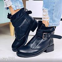 Черные ботинки из эко-кожи со вставкой обувного текстиля утеплены по бокам, спереди на замке