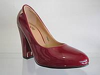 Туфли женские лаковые на каблуке.