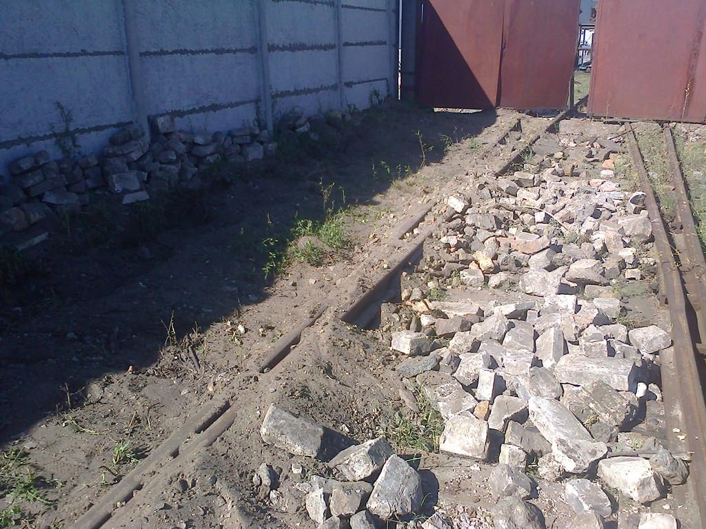 При выемке грунта кирпичи и прочий строительный мусор был сложен в стороне, чтобы при обратной засыпке не повредить кабель.