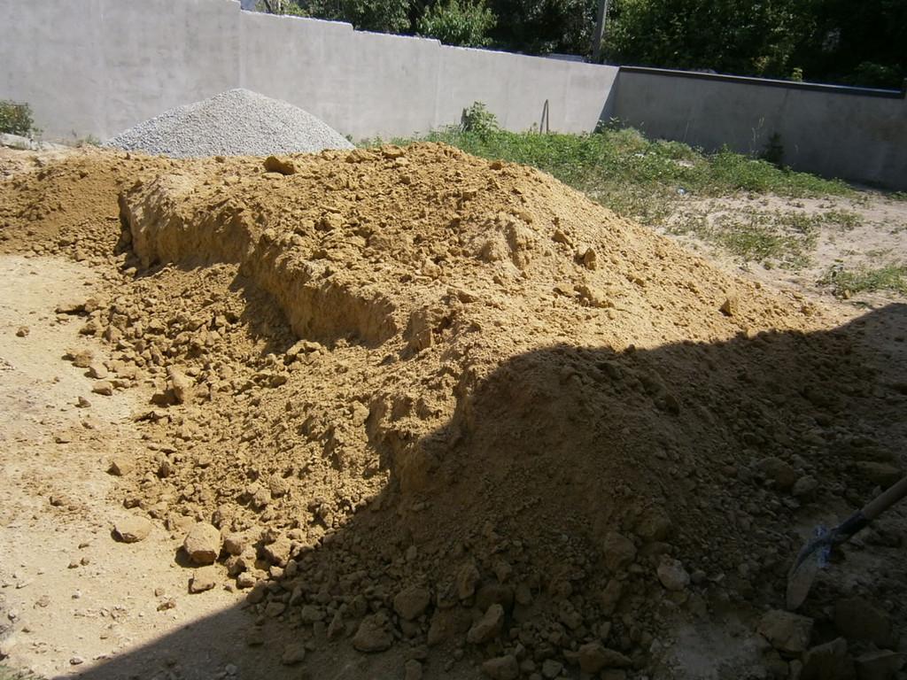 Складирование глины перед погрузкой оной на самосвал.