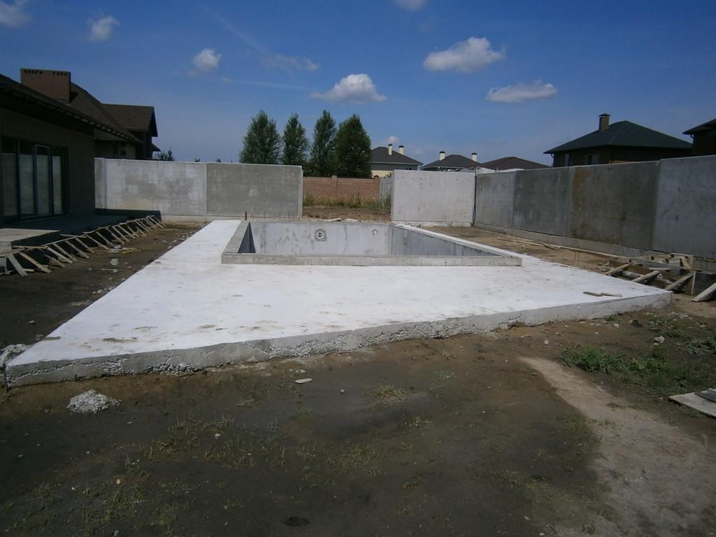 Устройство бетонной отмостки вокруг чаши бассейна - подсыпка и уплотнение грунта и отвального шлака, армирование, приём бетона.
