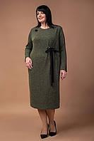 Трикотажное женское платье украшено брошью хаки