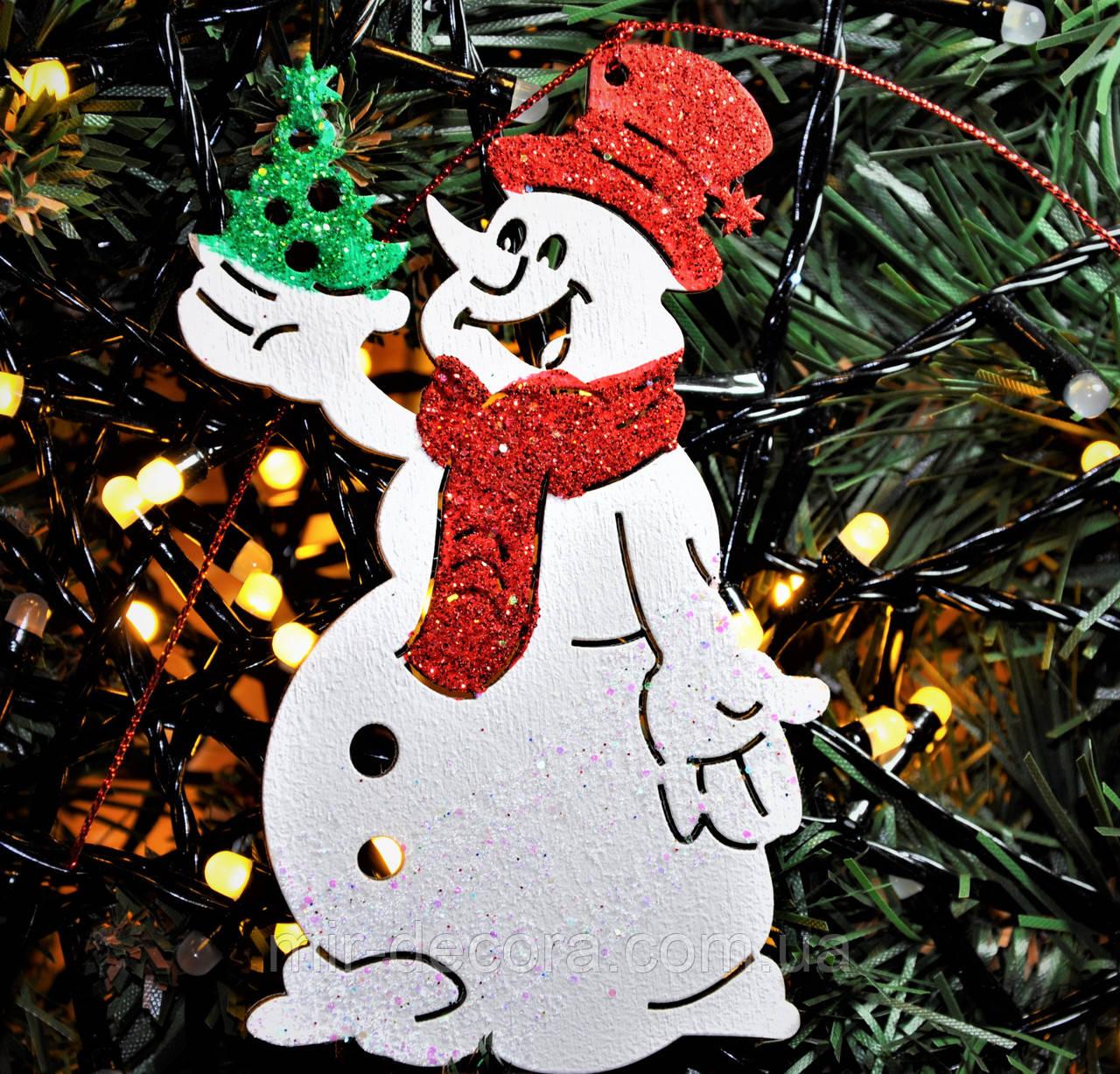"""Деревянная игрушка на елку """"Счастливый снеговик"""" высота 12 см. Цвет красный."""
