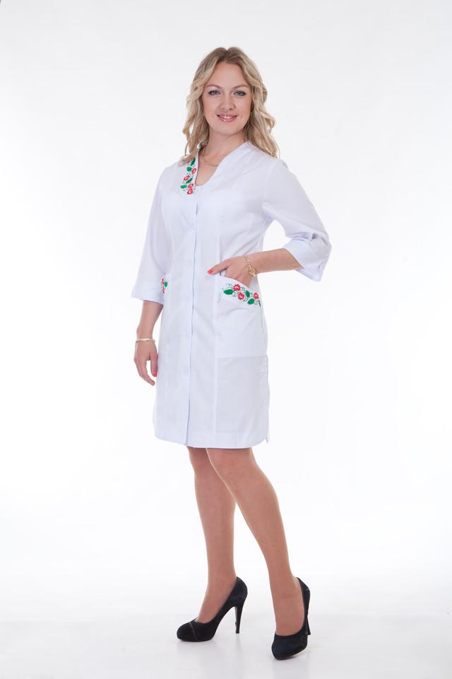 фотография женский медицинский халат с вышивкой на карманах и воротнике