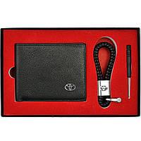 Набор кожаных аксессуаров с эмблемой Toyota: кошелек двойного сложения и плетеный брелок, фото 1