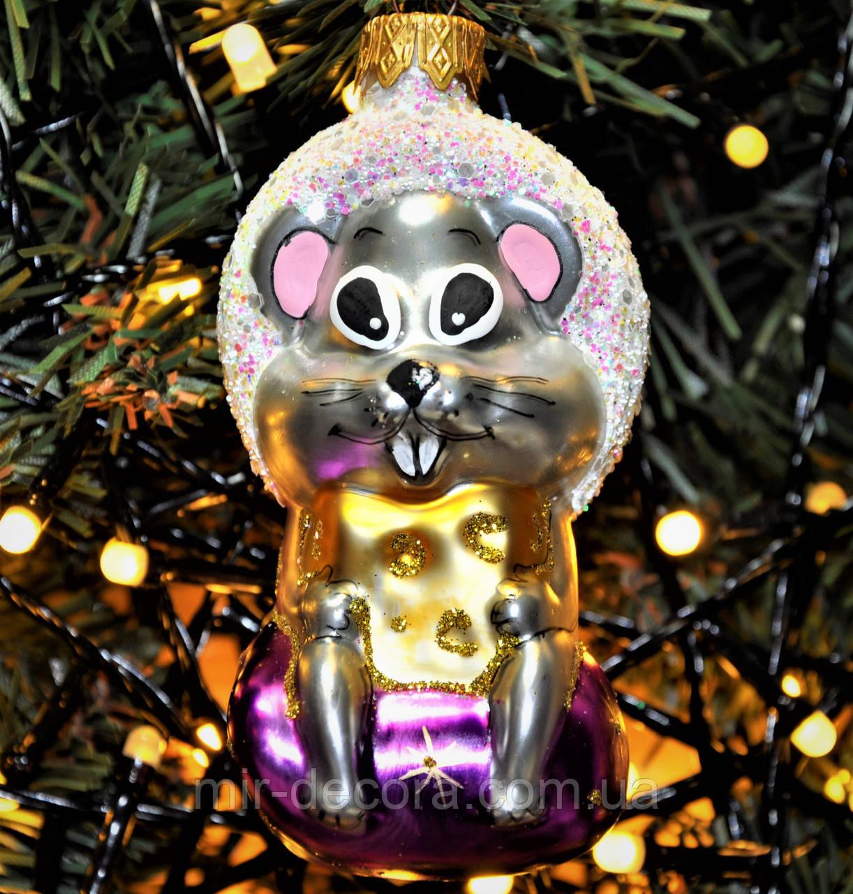 """Игрушка новогодняя стеклянная """"Мышка на подарке"""". Размер 10 см."""