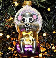 """Игрушка новогодняя стеклянная """"Мышка на подарке"""". Размер 10 см., фото 1"""