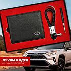 Набор кожаных аксессуаров с эмблемой Toyota: кошелек двойного сложения и плетеный брелок, фото 2