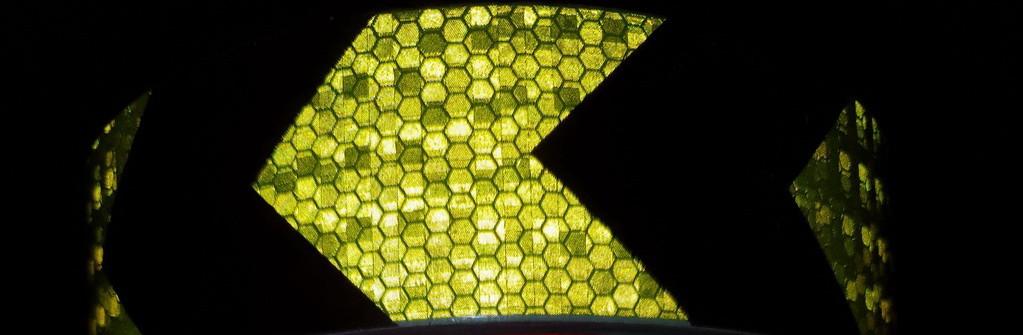 Светоотражающая самоклеющаяся стрела ЧЕРНО-САЛАТОВАЯ лента рулон 50 , ширина 5 см